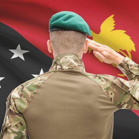 new guinea: Soldato in cappello di fronte a serie bandiera nazionale - Papua Nuova Guinea