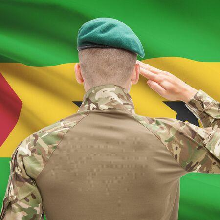 principe: Soldado en el sombrero frente series bandera nacional - Santo Tomé y Príncipe