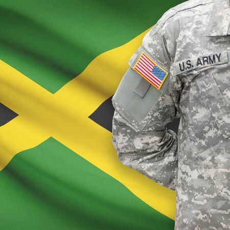 soldado: Soldado estadounidense con bandera en la serie de fondo - Jamaica Foto de archivo