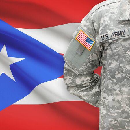 bandera de puerto rico: Soldado estadounidense con la bandera en la serie de fondo - Puerto Rico