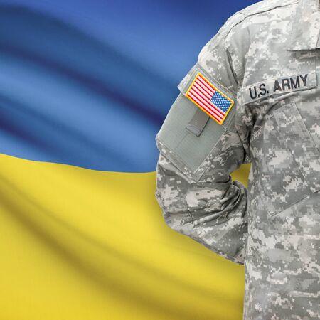 soldado: Soldado estadounidense con bandera en la serie de fondo - Ucrania Foto de archivo