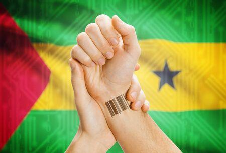 principe: Número de identificación de código de barras en la muñeca de una bandera humana y nacional en el fondo - Santo Tomé y Príncipe