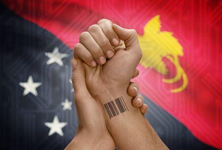 new guinea: il numero del codice a barre ID tatuaggio sul polso della persona dalla pelle scura e bandiera nazionale su sfondo - Papua Nuova Guinea