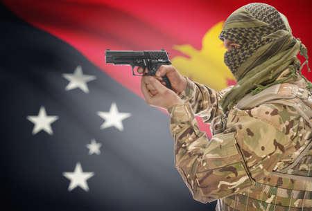 new guinea: Maschio in keffiyeh musulmano con la pistola in mano e bandiera nazionale su sfondo serie - Papua Nuova Guinea