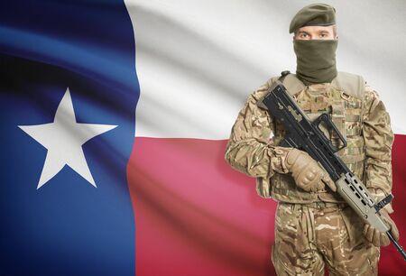 pistola: Soldado que sostiene la ametralladora con la bandera del estado EE.UU. en el fondo - Texas