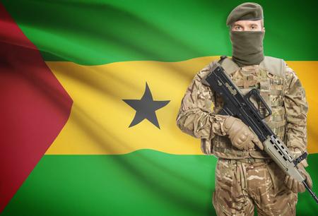principe: Soldado que sostiene ametralladora con la bandera nacional en el fondo - Santo Tom� y Pr�ncipe