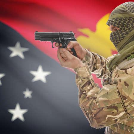 Nuova Guinea: L'uomo con la pistola in mano e bandiera nazionale su sfondo serie - Papua Nuova Guinea