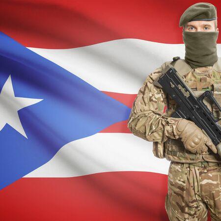 bandera de puerto rico: Soldado con la ametralladora y la bandera nacional en la serie de fondo - Puerto Rico