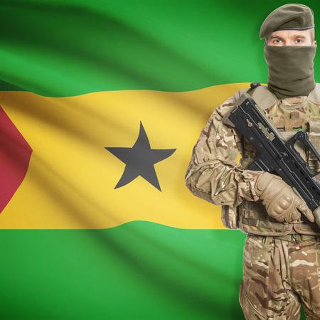 principe: Soldado con la ametralladora y la bandera nacional en la serie de fondo - Santo Tomé y Príncipe Foto de archivo