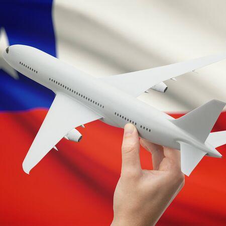 bandera chilena: Avión en la mano con la bandera nacional en la serie de fondo - Chile Foto de archivo