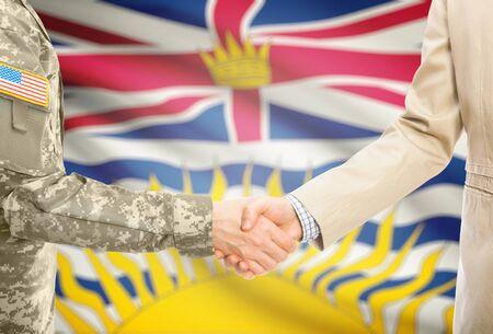 banderas americanas: soldado estadounidense en uniforme y el hombre civil en traje de agitar las manos con el indicador provincia canadiense en el fondo - Columbia Británica