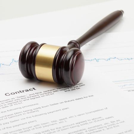 Ciérrese encima del tiro del estudio del mazo del juez que es puesto sobre contrato
