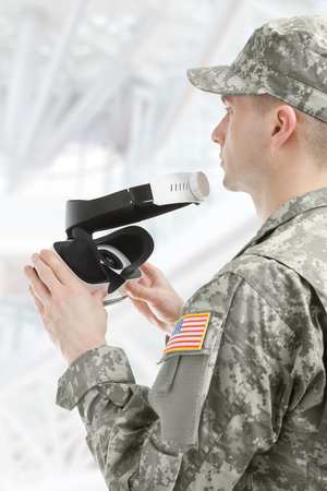 Drinnen schoss von USA-Soldat, der Gläser der virtuellen Realität hält