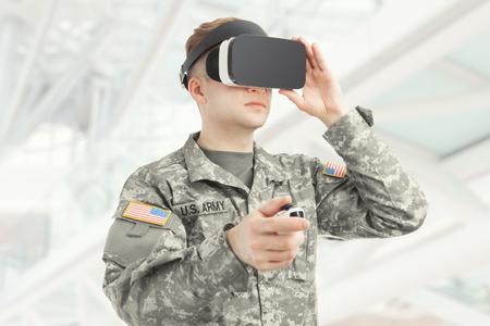 Innenaufnahme von amerikanischen Soldaten tragen virtuelle Realität Gläser Standard-Bild