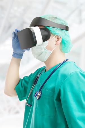 屋内で仮想現実の眼鏡を身に着けている外科医のショットを閉じる 写真素材