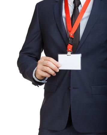 Zakenman in pak dragen van een lege ID-tag of naam kaart op een lanyard op een beurs of congres