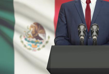 ビジネスマンや政治家に背景に-メキシコ国旗と説教壇の後ろから音声を作る