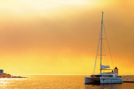 Yacht ormeggiato nel porto di una piccola città chiamata Postira - Croazia, isola di Brac