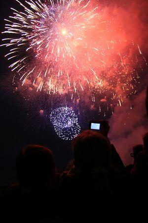 agleam: Gente mira en fuegos artificiales de vacaciones