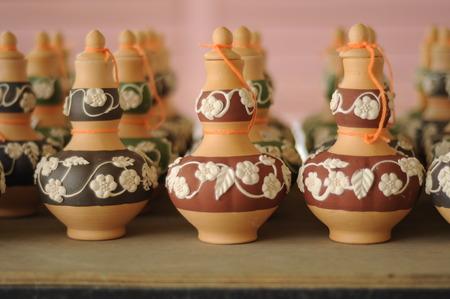 Labu Sayong is een container voor drank het vullen van oudsher gebruikt door de Maleiers in Perak, Maleisië Het is gemaakt van klei die is geweest in het proces en de garneer met een verscheidenheid aan aantrekkelijke kleuren en patronen. Stockfoto
