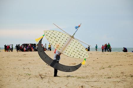 Vliegende Wau Bulan in Kelantan, Maleisië. Wau Bulan is een van de traditionele vliegers, dat zijn de trots van Kelantan. Wau Bulan structuur werd gemaakt van bamboe en papier. Stockfoto