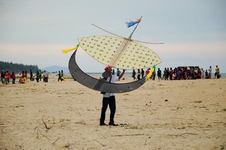 Vliegende Wau Bulan in Kelantan, Maleisië. Wau Bulan is een van de traditionele vliegers, dat zijn de trots van Kelantan. Wau Bulan structuur werd gemaakt van bamboe en papier. Redactioneel