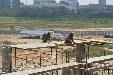 formwork: Two construction workers installing beal formwork Stock Photo