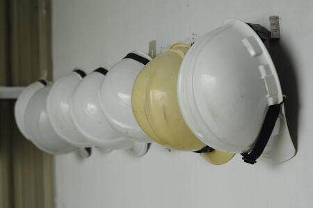 descarga electrica: Casco es un tipo de casco utilizado predominantemente en entornos de trabajo como sitios industriales o de construcci�n para proteger la cabeza de lesiones debido a la ca�da de objetos, el impacto con otros objetos, los desechos, la lluvia y descargas el�ctricas.