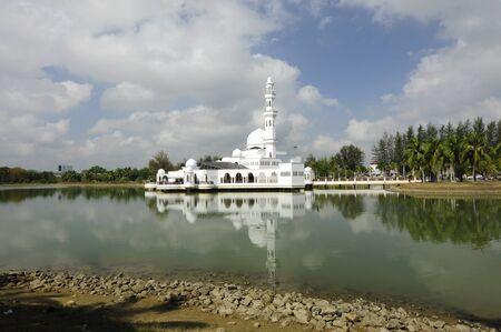 terengganu: The Floating Mosque or Tengku Tengah Zaharah Mosque Kuala Ibai Lagoon, Kuala Terengganu, Terengganu, Malaysia.