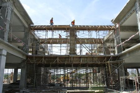 Bouwvakkers fabriceren balk bekisting op 25 juli 2014 in Sepang, Maleisië. Bekisting wordt vervaardigd uit hout en multiplex.
