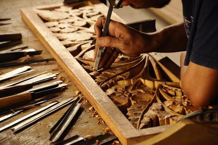 Vakman doet houtsnijwerk met behulp van traditionele methode Stockfoto