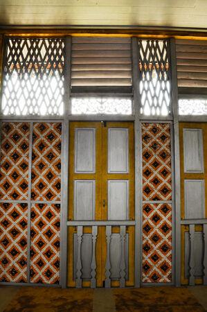 malay village: Ventana de Masjid Ihsaniah Iskandariah en Kuala Kangsar