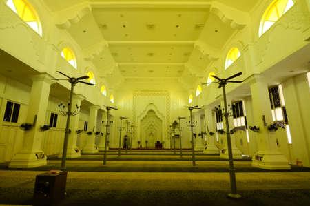 malay village: Interior de la mezquita de Sultan Ismail en Chendering, Terengganu, Malasia el 27 de marzo de 2014.