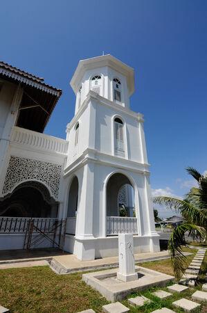 malay village: Mezquita Sultan Ismail en Chendering, Terengganu, Malasia el 27 de marzo de 2014.