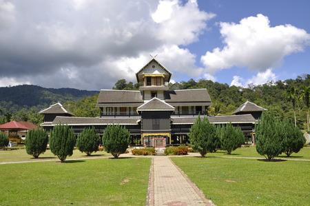 Seri Menanti Museum is een oud paleis met traditionele architectuur op 15 november 2014 Seri Menanti, Negeri Sembilan, Maleisië. Het werd gebouwd in 1905 en in 1908 gebouwd door een ervaren timmerman voltooid en geen nagels te gebruiken.