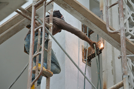 Lassers nemen van een zeer hoog risico werken op hoog niveau op de bouwplaats.