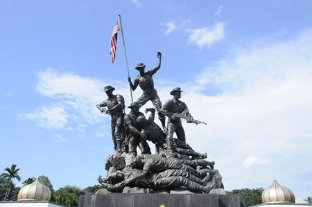 투구 네가 라 일명 국립 기념물은 2 차 세계 대전과 말라야 긴급 사태로 사망 한 사람들을 기념하기위한 기념물입니다. 기념물 단지는 1966 년에 지어졌