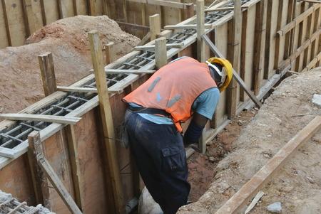 Een Bouwvakkers installeren Ground Beam Formwork