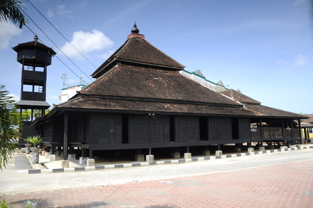 Masjid Kampung Laut at Nilam Puri Kelantan, Malaysia. Built in 1400s with traditional tropical architecture style using wood as the major material. Standard-Bild