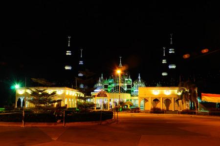 The Crystal Mosque of Masjid Kristal is een moskee in Kuala Terengganu, Terengganu, Maleisië. Een groots structuur gemaakt van staal en de afwerking van glas en kristal. De moskee ligt aan islamitische Heritage Park op het eiland Wan Man. Stockfoto - 39860325