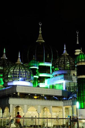 The Crystal Mosque of Masjid Kristal is een moskee in Kuala Terengganu, Terengganu, Maleisië. Een groots structuur gemaakt van staal en de afwerking van glas en kristal. De moskee ligt aan islamitische Heritage Park op het eiland Wan Man. Stockfoto - 39860334