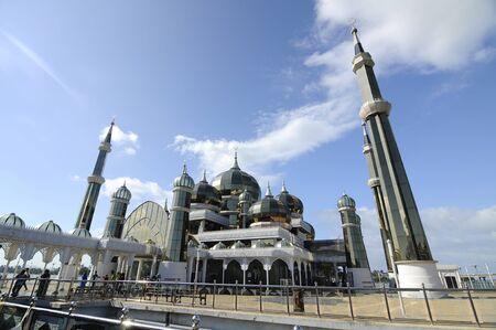 The Crystal Mosque of Masjid Kristal is een moskee in Kuala Terengganu, Terengganu, Maleisië. Een groots structuur gemaakt van staal en de afwerking van glas en kristal. De moskee ligt aan islamitische Heritage Park op het eiland Wan Man. Stockfoto - 39860354