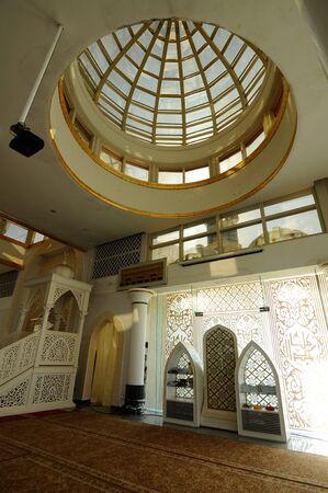 Interieur van de Crystal moskee aka Masjid Kristal. De moskee ligt aan islamitische Heritage Park op het eiland Wan Man in Kuala Terengganu, Terengganu, Maleisië. Stockfoto - 39860357