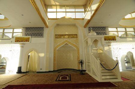 Interieur van de Crystal moskee aka Masjid Kristal. De moskee ligt aan islamitische Heritage Park op het eiland Wan Man in Kuala Terengganu, Terengganu, Maleisië. Stockfoto - 39860366