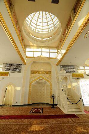 Interieur van de Crystal moskee aka Masjid Kristal. De moskee ligt aan islamitische Heritage Park op het eiland Wan Man in Kuala Terengganu, Terengganu, Maleisië. Stockfoto - 39860368
