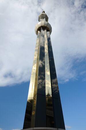 Minaret van de Crystal moskee aka Masjid Kristal. De moskee ligt aan islamitische Heritage Park op het eiland Wan Man in Kuala Terengganu, Terengganu, Maleisië. Stockfoto - 39860375