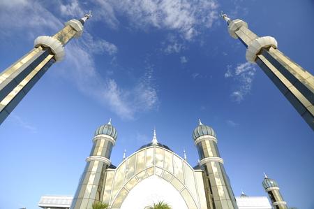The Crystal Mosque of Masjid Kristal is een moskee in Kuala Terengganu, Terengganu, Maleisië. Een groots structuur gemaakt van staal en de afwerking van glas en kristal. De moskee ligt aan islamitische Heritage Park op het eiland Wan Man. Stockfoto - 39860387