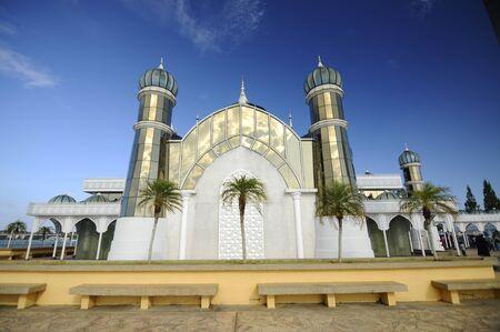 The Crystal Mosque of Masjid Kristal is een moskee in Kuala Terengganu, Terengganu, Maleisië. Een groots structuur gemaakt van staal en de afwerking van glas en kristal. De moskee ligt aan islamitische Heritage Park op het eiland Wan Man. Stockfoto - 39860388