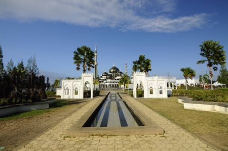 The Crystal Mosque of Masjid Kristal is een moskee in Kuala Terengganu, Terengganu, Maleisië. Een groots structuur gemaakt van staal en de afwerking van glas en kristal. De moskee ligt aan islamitische Heritage Park op het eiland Wan Man. Stockfoto - 39860394