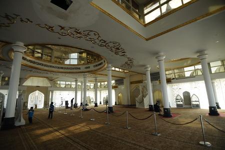 Interieur van de Crystal moskee aka Masjid Kristal. De moskee ligt aan islamitische Heritage Park op het eiland Wan Man in Kuala Terengganu, Terengganu, Maleisië. Stockfoto - 39860398